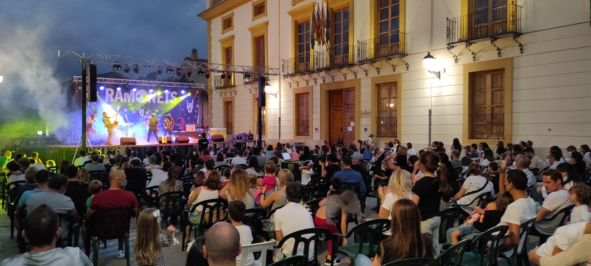 El MINI LLOS FESTIVAL fa vibrar a grans i menuts en la seua 1a Edició, i ompli de gom a gom la Plaça del Palau i els seus voltants