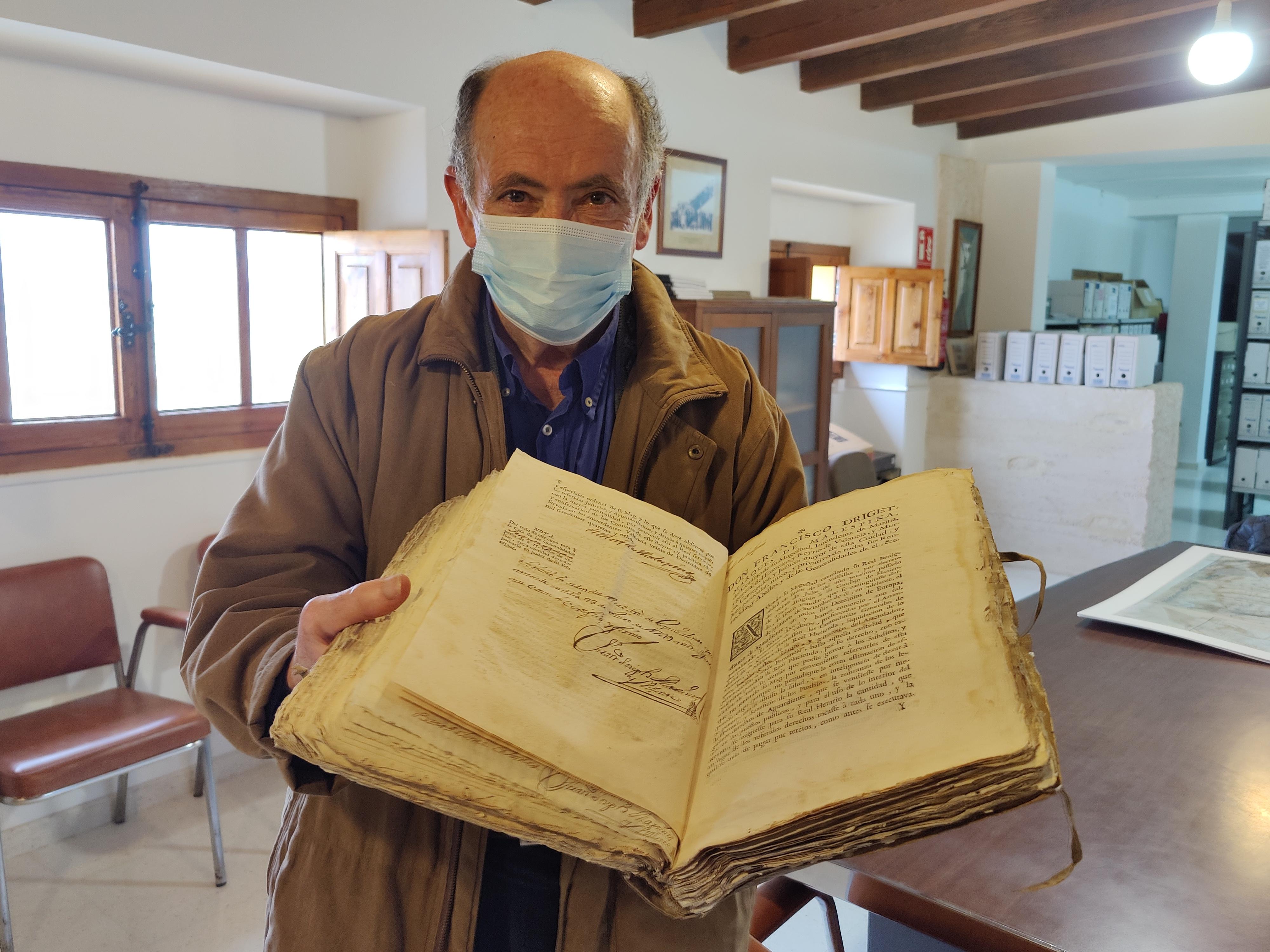 Fernando Goberna dona a l'Ajuntament un  llibre d'acords municipals d'Aielo de Malferit que data de 1744